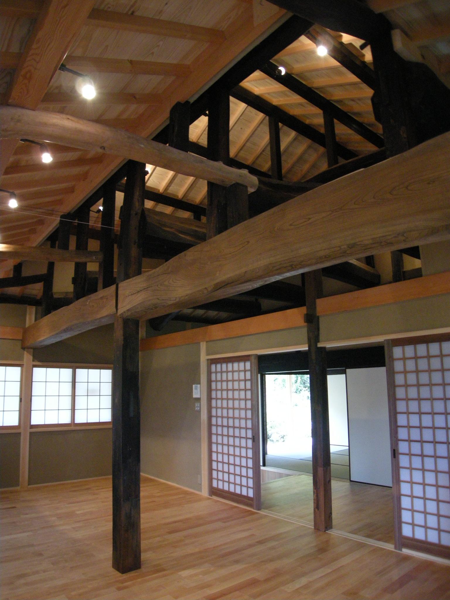 小屋組みを表しにし天井高を確保