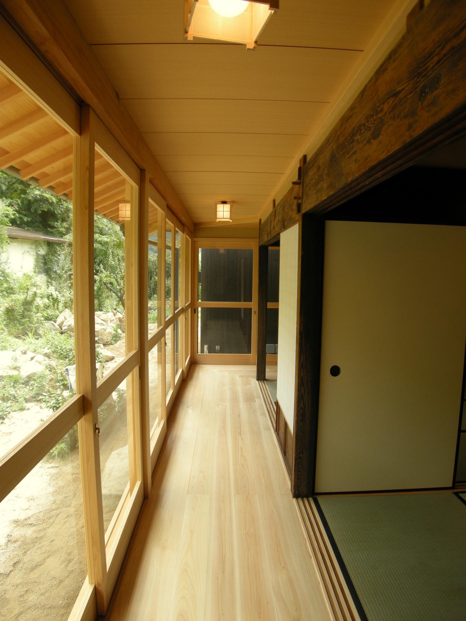 庭を美しく眺められるよう窓は木で造作