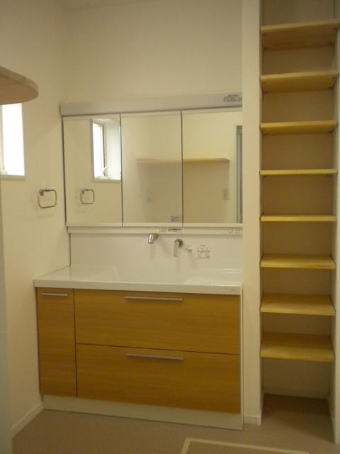 機能性にすぐれた可動棚のある洗面室