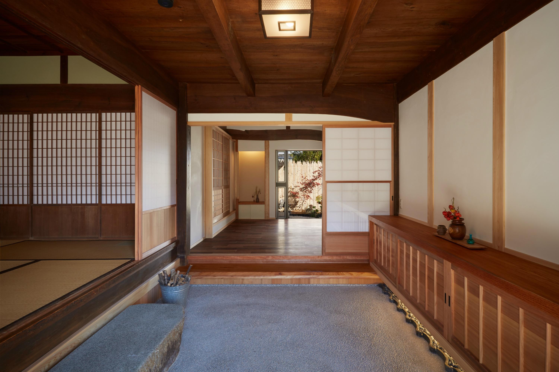 坪庭を望む玄関ホール