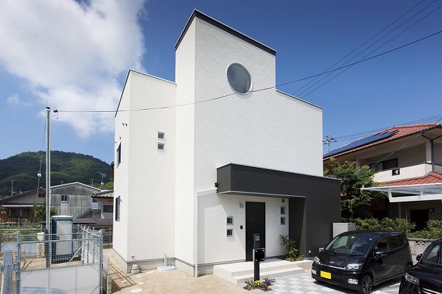 白と黒を基調にしたかっこいい家