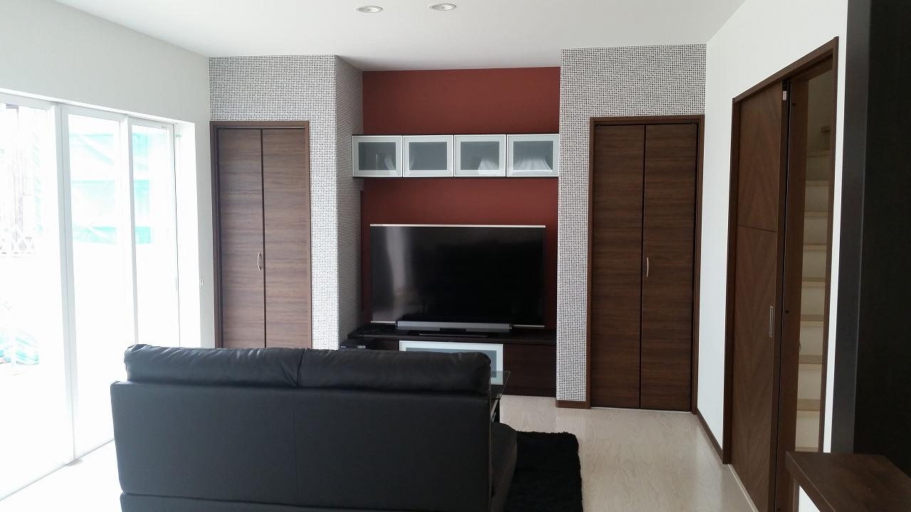 友人を招いたときに自慢できるスペースを提供するため、60インチのTVと収納スペースを設えました。