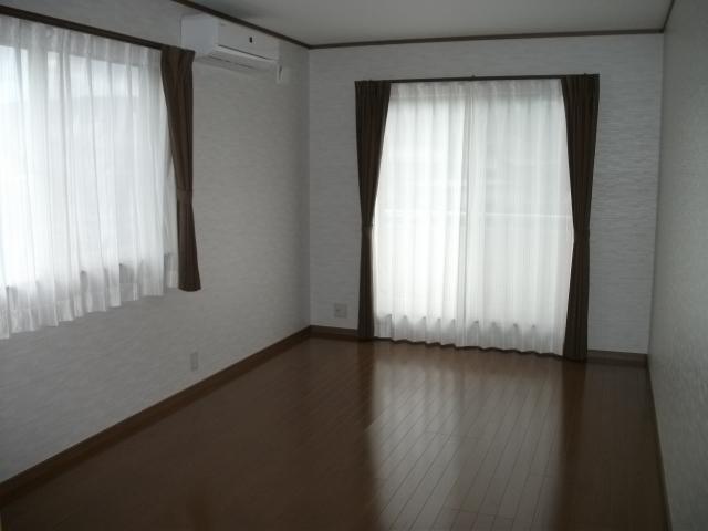 落ち着いた雰囲気の洋室