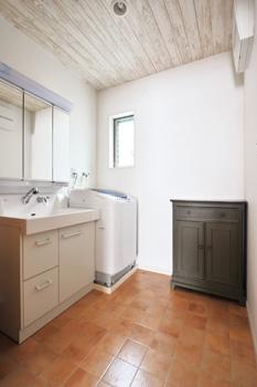 洗⾯所には、必要な時に壁と壁の間にワイヤーを 渡して室内⼲しができる⼯夫も凝らされている