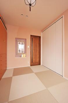 着付けができる奥さまの和室も、和紙畳や珪藻⼟ 壁など⾃然素材で構成。レトロな照明は⺟屋にあ ったもの