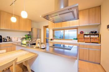 シャープな印象のTOYOキッチン。⽔はねが少ないようにと ⼤きめのシンクを備えたタイプを選択。まな板や⽔切り板が 使いやすいのもポイント