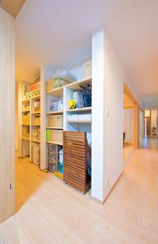 LDKの裏側にある廊下の側⾯を活⽤した、便利な収納スペー ス