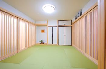光を通すアクリル引き⼾で、⽞関やLDKと仕切られた8畳の 和室。床の間や仏間を完備し、収納スペースも随所に確保 されている