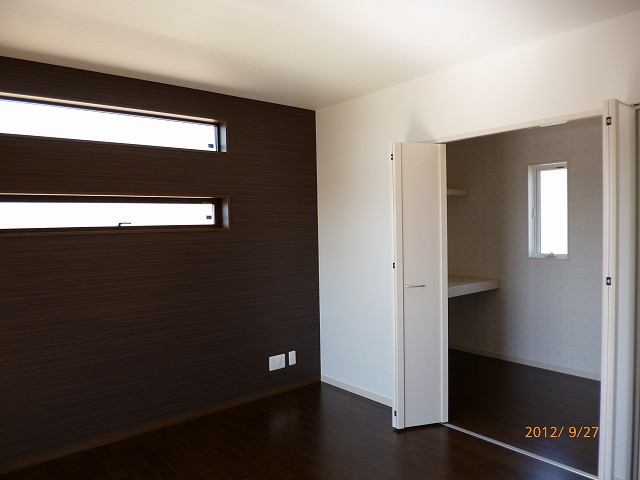 広々ウォークインクローゼットのある寝室。