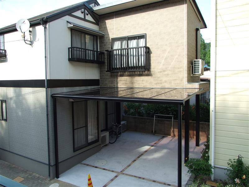 子供部屋を増築し、1階部分は駐車スペースにしました。 既存部分の外壁も塗り替えたのでピカピカになりました。