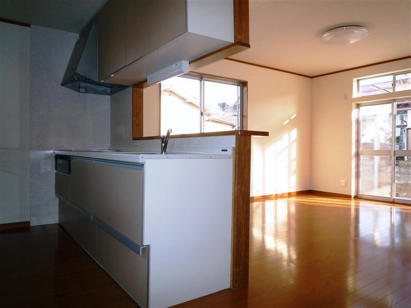 隣の和室とつなげて、一部屋のLDKにリフォームしました。 キッチンは位置を変えて体面に。家族が集う明るいリビングになりました。