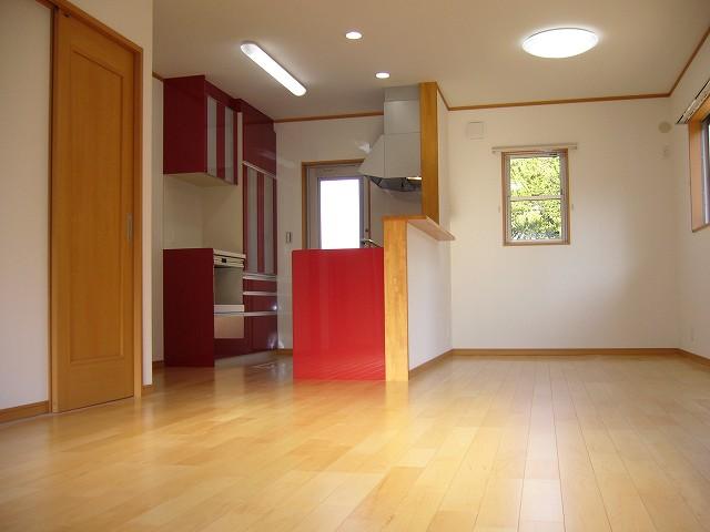 カップボードとお揃いの赤いキッチン。家具のようなアクセントとしてLDKに設置されました。