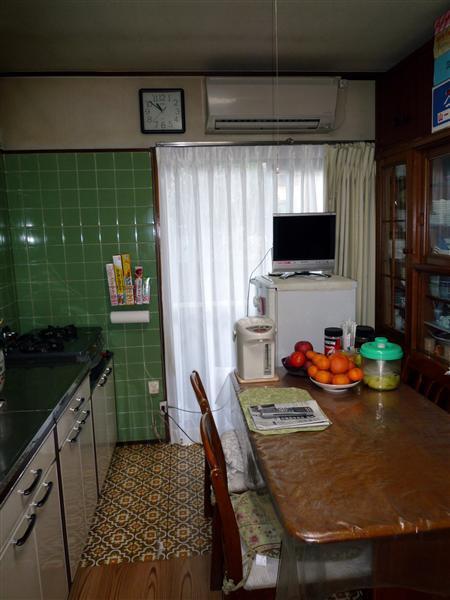テーブルを置くといっぱいになってしまい、 長年使いづらさをお感じになっていたキッチン。