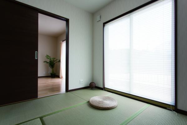 リビング、キッチンの両方から出入りが出来る和室。客間としても用いれます。