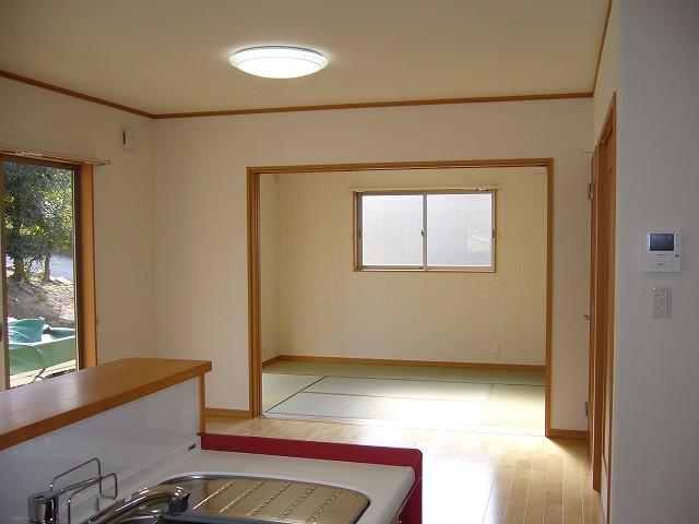 建具3枚を壁に引き込む事によりリビングと一体となって和室が使えます。