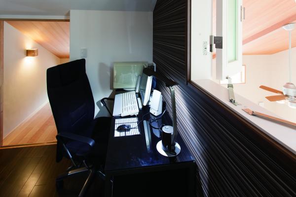 ご主人様の隠れ家的な書斎スペース。リビングも覗けて落ち着く空間です。