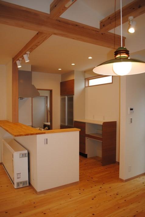 キッチン カウンター付きの対面型キッチンです。家族とのコミュニケーションをとりながら家事を楽しめる配置としました。
