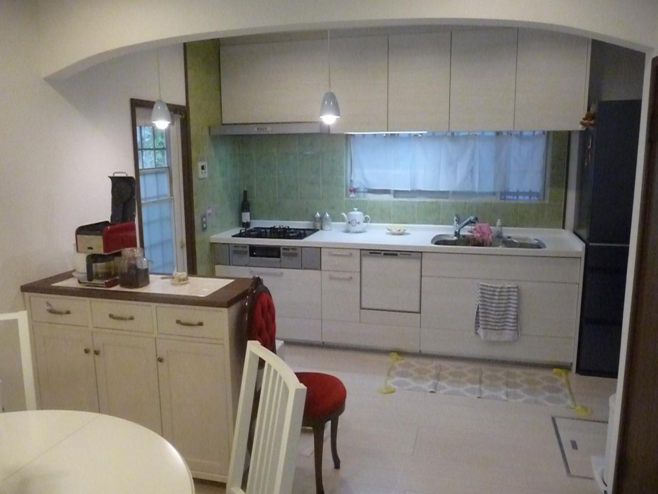 キッチン  白を基調とした収納たっぷりのキッチンに取替えました。壁のタイルは既存のものをそのまま使用しました。