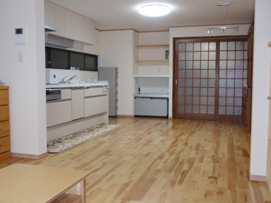 キッチン キッチンの扉色はホワイトにすることで明るく清潔感のあるキッチンスペースになりました。また、凹み部分を家電収納やダストボックスが入るカップボードを設けることでスペースを有効に活用しました。