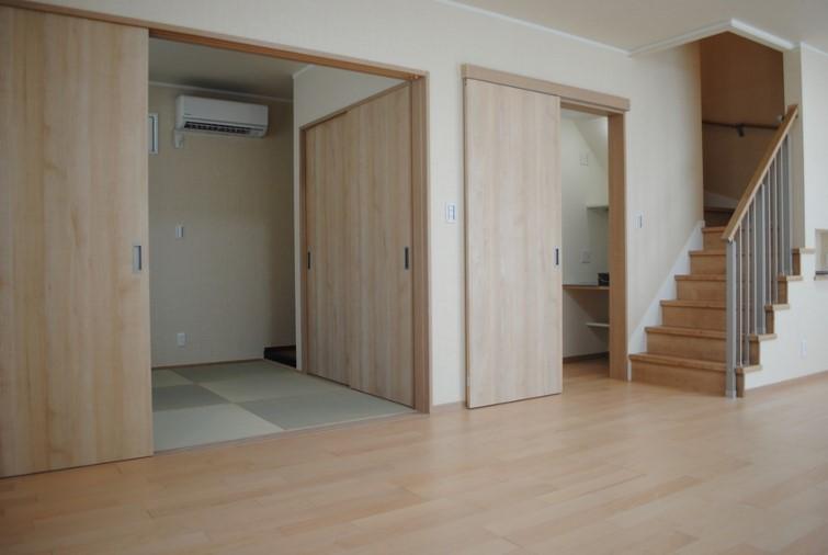 和室、収納スペース リビングに隣接して、和室と収納スペースがあります。和室には床の間やお布団を収納出来る物入れも作りました。階段の横の収納ペースでは、家族の衣類を収納できるほか、カウンターも取付け、ご夫婦の仕事のスペースとしても活用します。