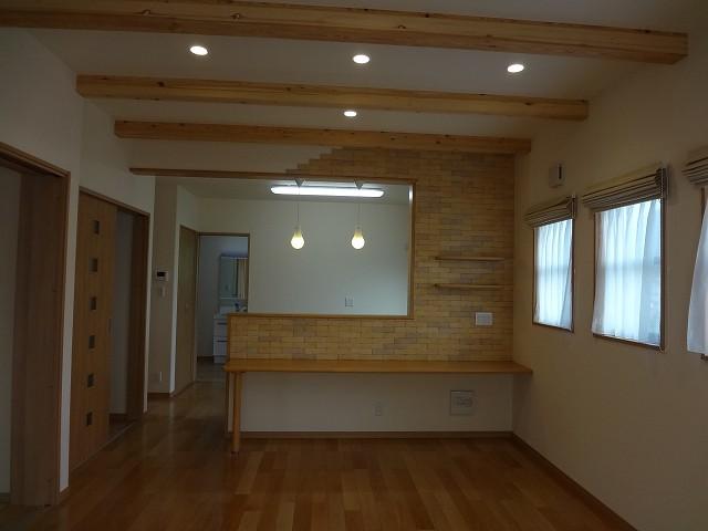 キッチンの対面壁にはエコカラットブリック貼り(消臭・調湿効果をもつのですが、ここではデザイン効果)