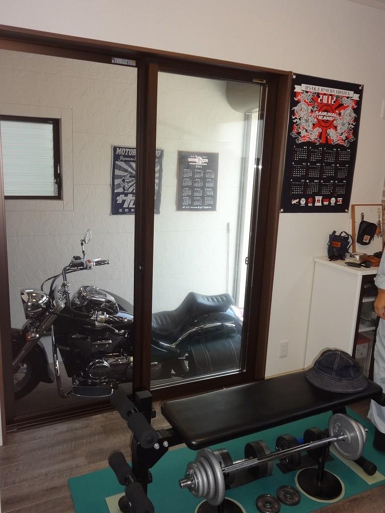 フロアタイルを採用したご主人様の部屋から掃出し窓を開けるとバイク置き場が。ご主人自慢のお部屋です。
