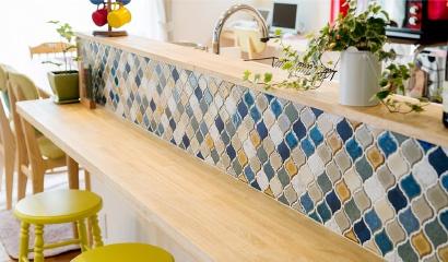 対面キッチンのカウンターにはお気に入りのタイルを使ってカフェのような雰囲気に仕上げています