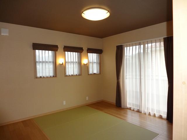 天井シーリングとブラケットのデザインがお揃い。寝具は布団派のためフロアへ畳の埋め込み。