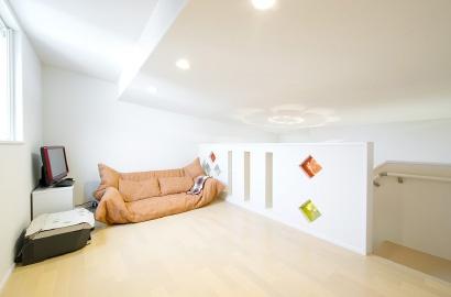 様々な用途に使える便利なロフト。固定階段付きなので、荷物の持ち運びも楽々です。
