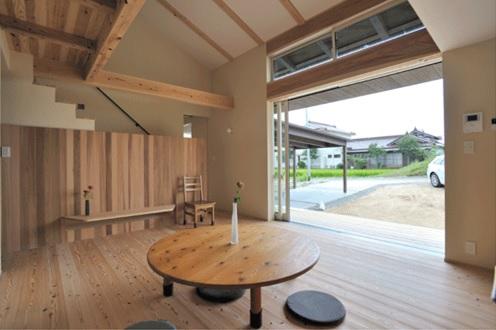 リビングには座卓で過ごすとのこと。 平屋部分の勾配天井が空間を広く感じさせます。