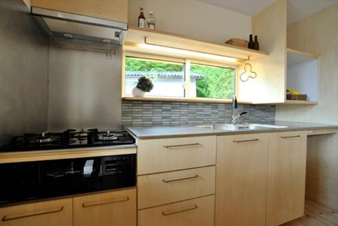 キッチンの小窓からも緑が見えます。