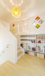 ロフト階にある本棚を備えたホール。上部は開放的な吹抜になっています