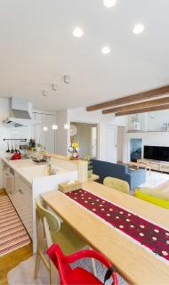 キッチンとダイニングテーブルをつなげて配置することで、無駄のない空間活用を実現しています