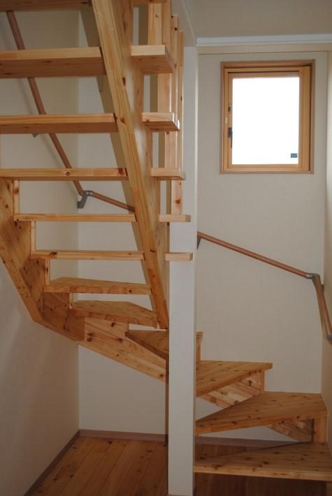 回り階段 階段の構造をあらわしで仕上げました。開放感が感じられ、風の通りがよりよくなります。