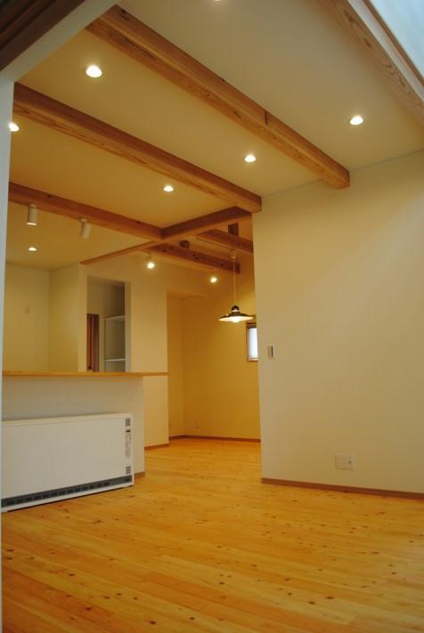 リビング 構造材には杉の無垢を採用しました。広島県産材を構造材に使用し、天井の梁を見せる設計としました。
