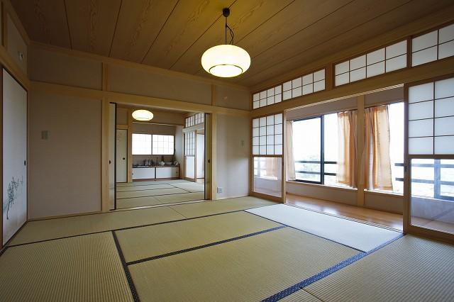 真壁作りの2間続きの和室です。景色も採光もまるで旅館のような雰囲気です。