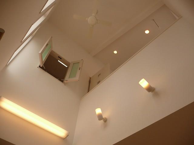 光が差し込む吹き抜け上部。小窓をお子様の部屋に採用しております。