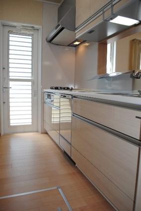 キッチン 吊戸棚にカップボードと収納がいっぱいのキッチンです。勝手口も設け、外で洗濯物を干すときや、ゴミを出す時に使用できます。