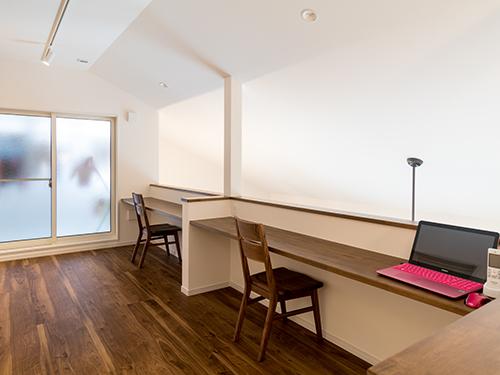 2Fホールには、子ども達の宿題などに活用できるカウンターを設置。