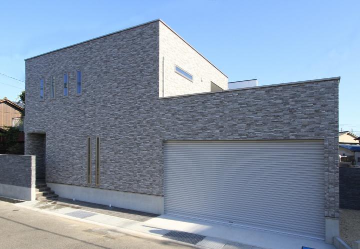 家族の楽しみを広げてくれる大きなビルトインガレージのある家