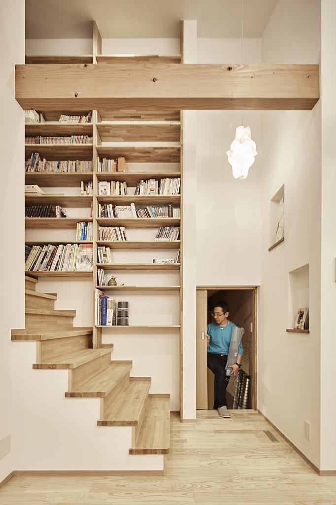 平屋なのに階段?!と思われますが、中2階があります。階段脇には大容量の書棚、階段をのぼると書斎があり、特別な空間に。