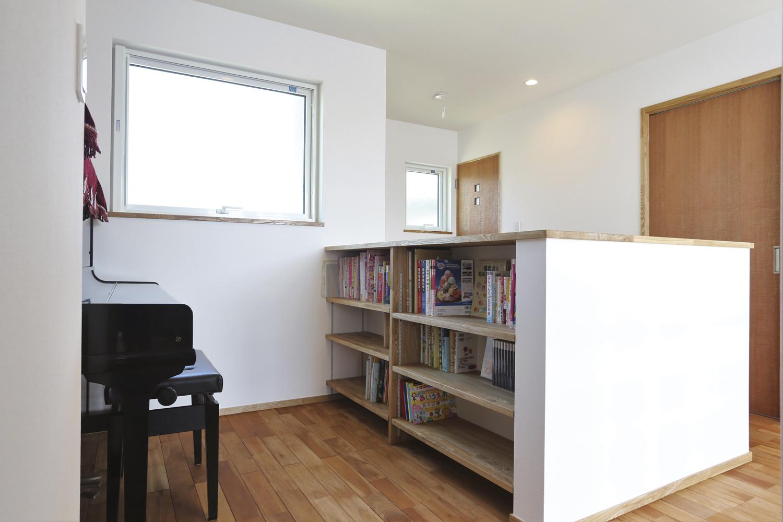 階段を上がるとピアノを置くスペースがあり、吹抜けと繋がっているので、ちょっとしたピアノホールみたいになっています。