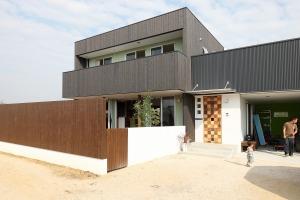 株式会社掛谷建設『柔らかな笑顔と柔らかな緑で『ココロ』安らぐ家。』