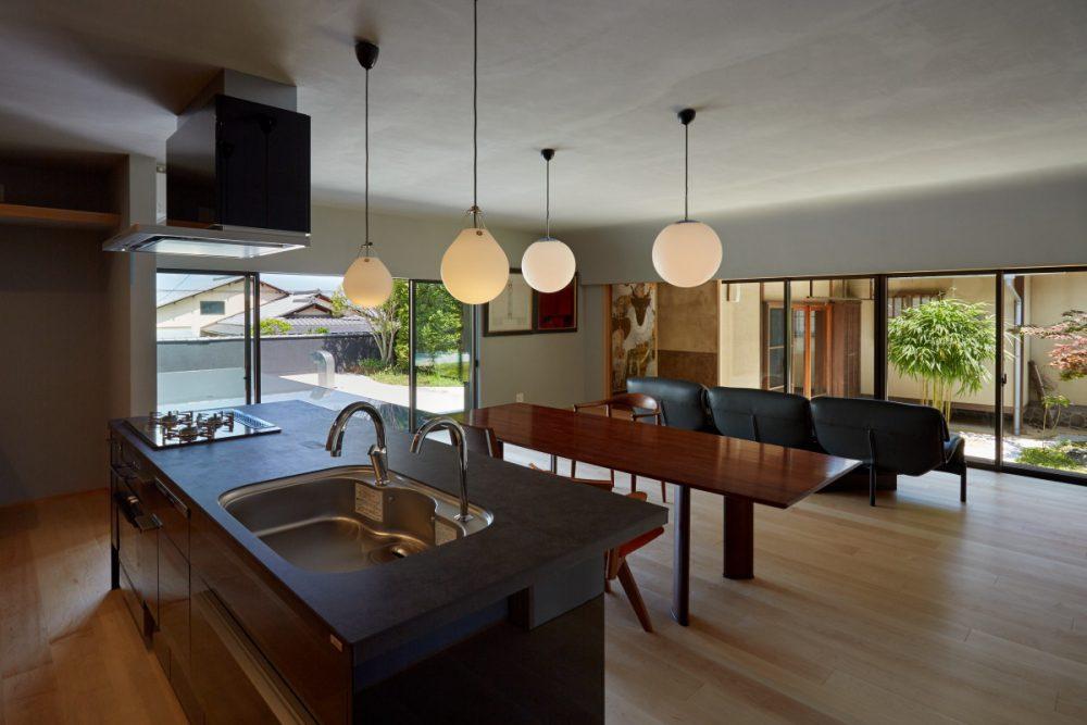 それぞれ独立した台所と居間を改修して、ひとつの大空間へ
