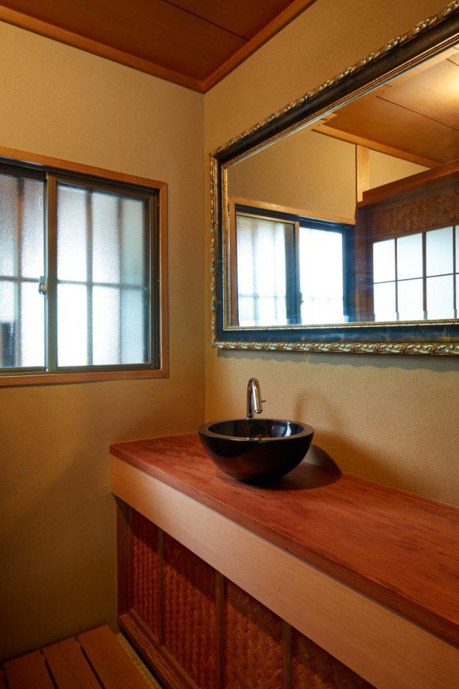 大理石の手洗い器にクラシックな鏡、和と洋が調和した空間