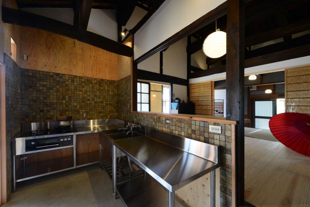 ステンレスの業務用キッチンも古民家の空間に自然と溶け込む
