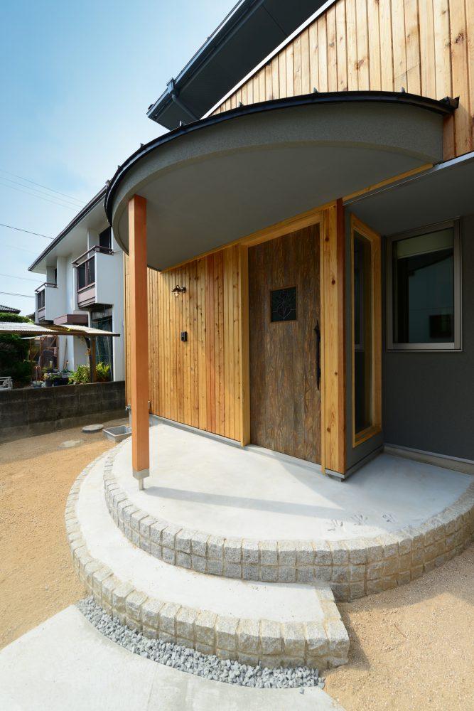 新たにしつらえた玄関扉はエイジング加工でヴィンテージ風に
