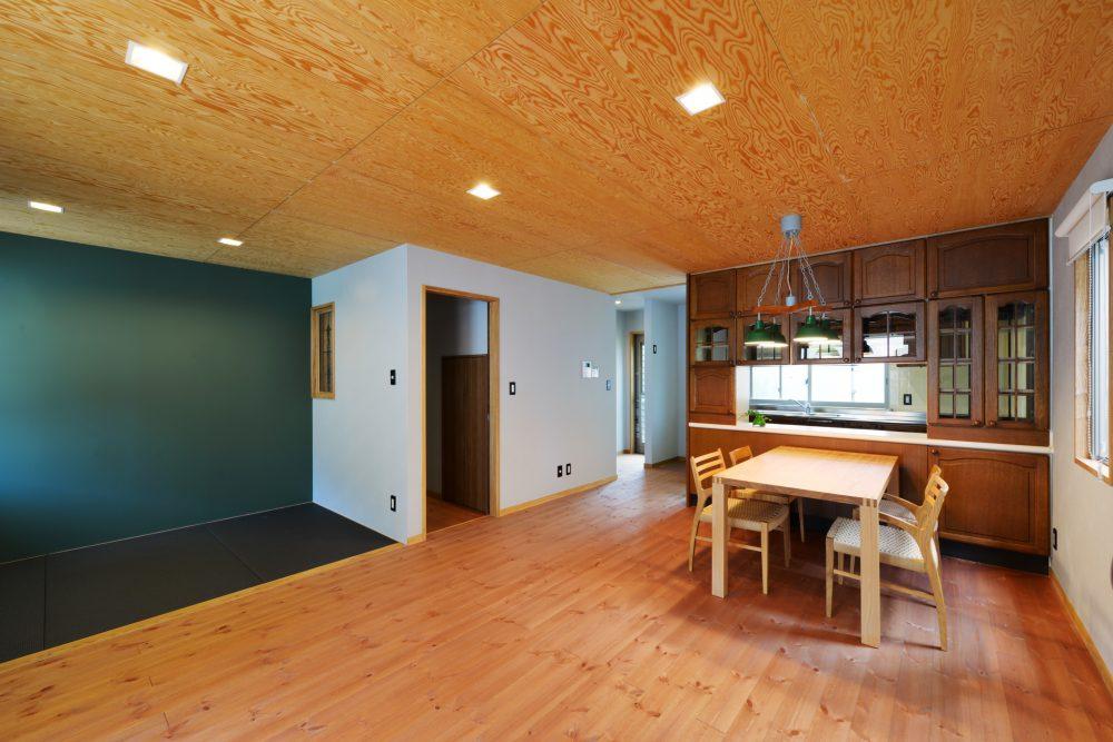 長きにわたり愛用してきた収納家具は残し、天井と床面に質感の異なる無垢材を採用