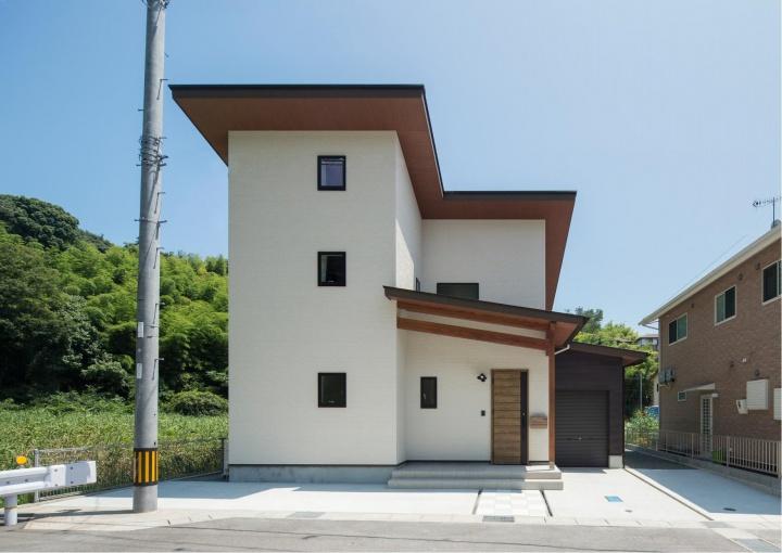 サンキョウハウジング(株):将来、二世帯にすることが可能なバイクガレージのある家。