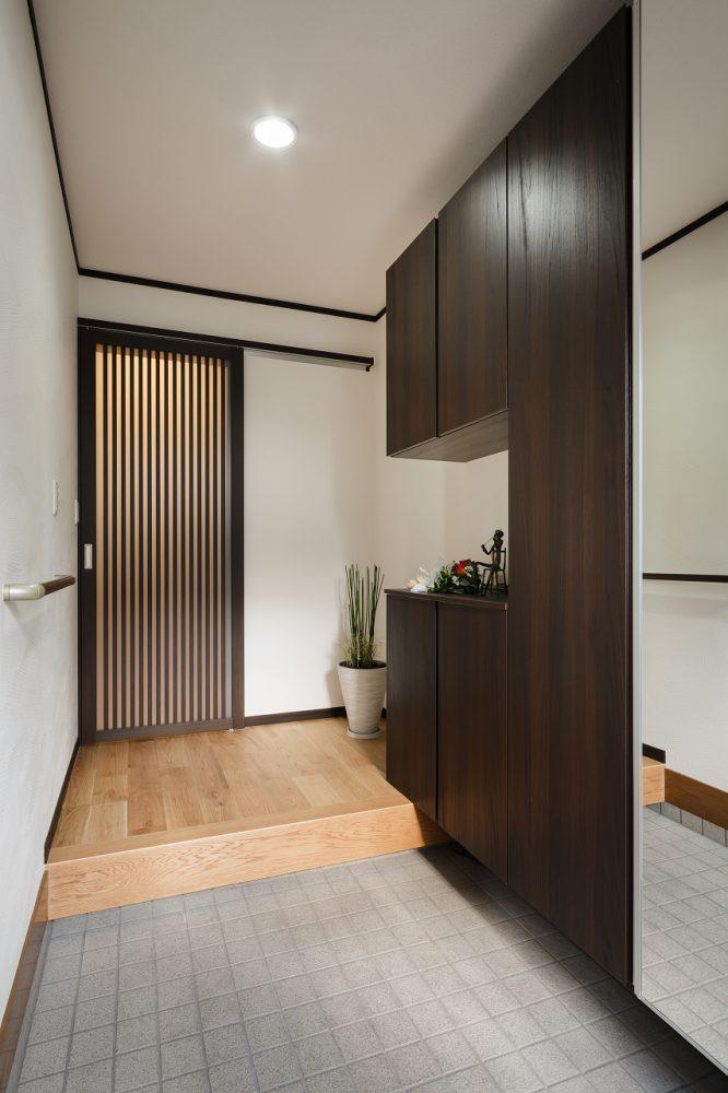 収納力をアップさせ、スッキリと明るい玄関へ
